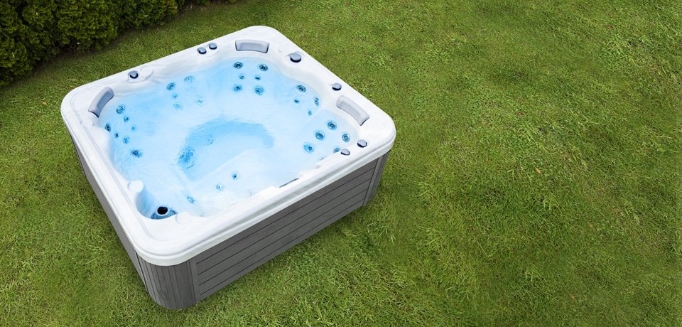 38572_tn_960x460_leo-hot-tub-grass